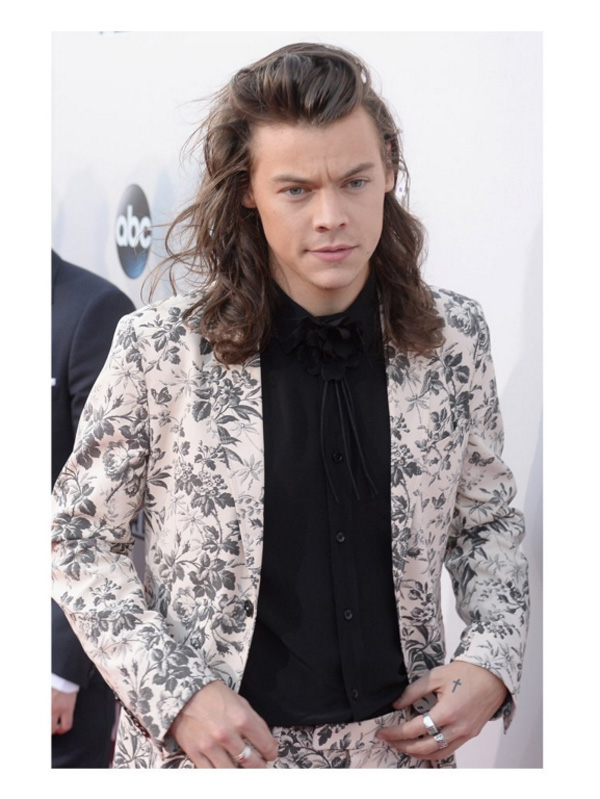 harry-styles-in-gucci-ss16-herbarium-printed-cotton-crêpe-suit-black-shirt-with-floral-brooch